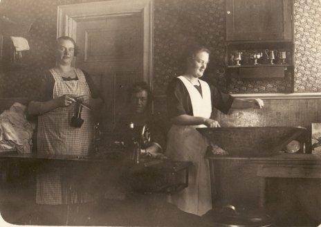 Gammelmormor Dora med personal på Rum för resande, Sveg