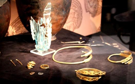 Tunakvinnans gravgåvor finns på Västmanlands läns museum i Västerås. Foto: Helena Wijk