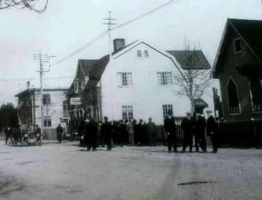 Gammelfarmor bodde i det vita huset på Härjedalsvägen i Sveg. Foto: Okänd fotograf